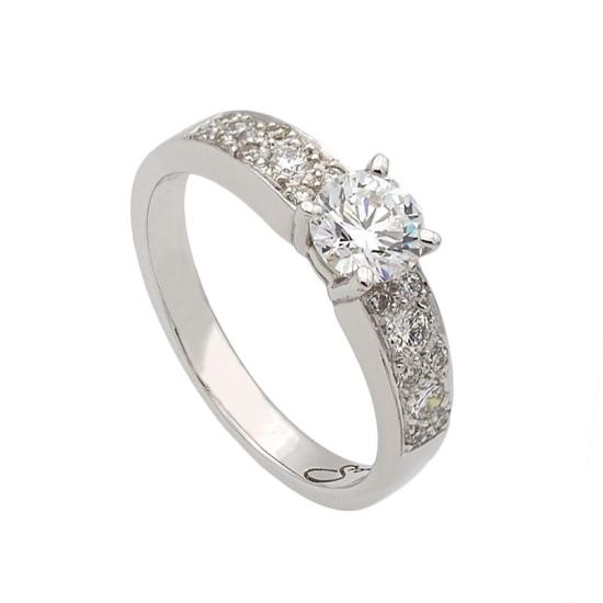 Sortija con un diamante central y los brazos