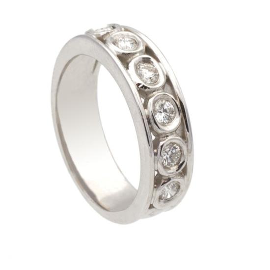 Sortija diamantes sobre oval